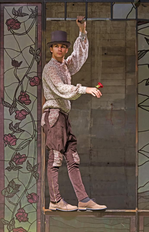 """La 125 de ani de la ediţia princeps, povestea Prinţului fericit este transpusă pe scena """"Luceafărului"""" de regizorul Radu-Alexandru Nica, coregraful Florin Fieroiu, compozitorul Vlaicu Golcea, scenografa Ioana Popescu. Spectacolul va exploata dramaturgic tehnica storytelling-ului, iar teatral, expresivitatea corporală a interpreţilor, într-o mizanscenă interactivă, vizuală, dinamică. După peste 20 de montări lucrate în teatre din România, Germania şi SUA, Radu-Alexandru Nica se află acum la primul său proiect într-un teatru pentru copii şi tineret. Intenţiile sale artistice sînt """"ca povestea lui Oscar Wilde să fie un prilej de interogație reală pe teme fundamentale pentru noi, creatorii spectacolului, dar să fie și un prilej de dialog cu copiii din sală despre întîmplări și probleme reale, cu care se confruntă și ei în viața de zi cu zi – sărăcia, moartea, dragostea, sacrificiul etc. Spectacolul va fi așadar construit pe mai multe planuri – cel al poveștii efective, cel al mișcării, în care vor fi dezbătute temele valoroase ale spectacolului într-o cheie non-narativă și non-verbală, de asemenea vor fi create momente de interacțiune cu public tînăr, în care convenția celui de-al patrulea perete va fi abolită."""""""