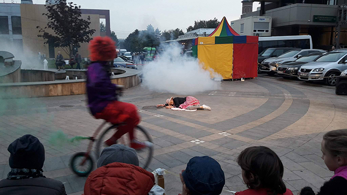 Acrobație, fum, jonglerii, zâmbete și… baloane de săpun