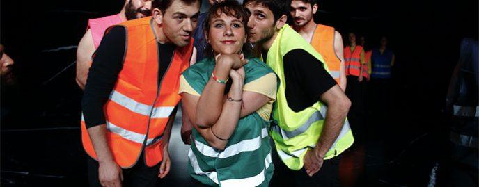 Veniți din diferite regiuni ale Italiei, proaspăt absolvenți ai unor școli diferite de teatru sau tineri profesioniști care lucrează de ani buni în sistemul teatral italian