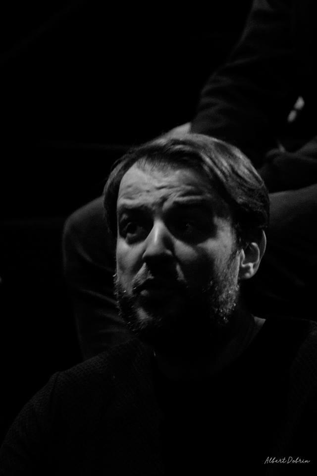 Spectacolul spune povestea unei alte piese de teatru: o piesă violentă, șocantă și abuzivă scrisă de un dramaturg pe nume Tim Crouch