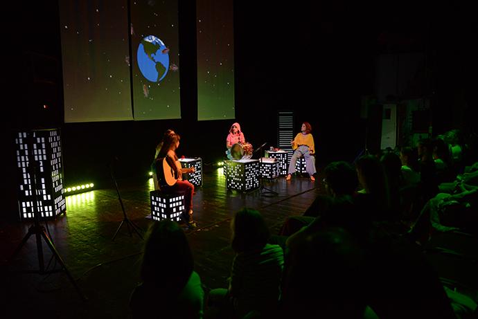 Un spectacol pus la cale de trupaFără zahăr,după o idee de Oltița Cîntec