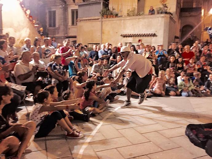 Jonglerie latino! spectacollatino power dans mers pe o roată de bicicletă salsa