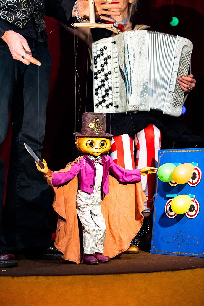 Circus Sampo Acest circ în miniatură prezintă o colecție de scurte numere susținute de artiști foarte inventivi