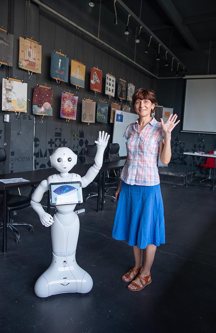 Oltița Cîntec Întâlnire cu roboțelul Pepper